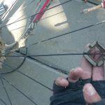Consejo de mecánica: revisar los radios de las ruedas de la bicicleta