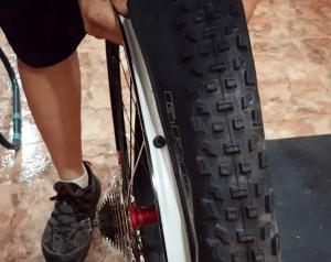 Tubelizado de rueda - Colocar la cubierta
