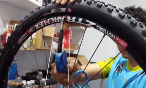 Tubelizado de rueda - Inflar la rueda para talonar la cubierta