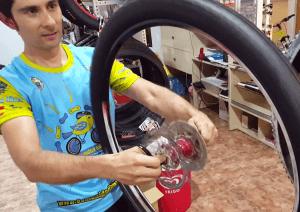 Tubelizado de rueda - Girar tras colocar líquido sellante