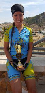 Comunitaria Patricia Carmona con el trofeo en la Marcha BTT Sierra de la Pila