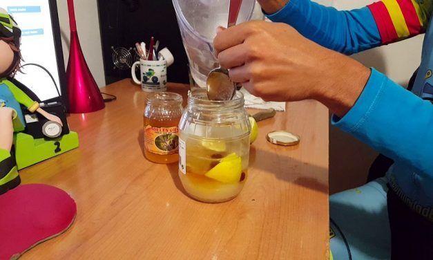 Cómo hacer bebida isotónica casera usando kéfir de agua