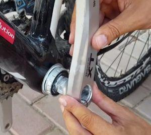 Limpieza y engrase del eje pedalier - Colocar la biela