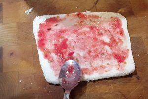 Minibocadillos compactos para rutas de ciclismo y senderismo - Añadir tomate rallado natural al pan de molde