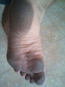 Pies sucios tras correr descalzo descalcismo por Alino