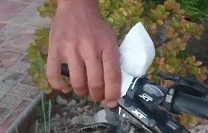 Poner puños nuevos bicicleta - Limpiar manillar