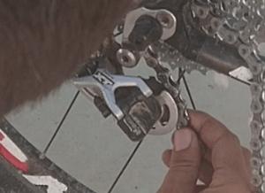 Cambiar la cadena estirada de la bicicleta por una nueva