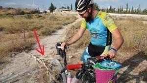 Mata hierba seca con pincho enganchada en bici de Kronxito por Comunidad Biker MTB
