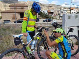Comunitario Paquito206 o PacoProPie arreglando avería mecánica en cambio de bicicleta por Comunidad Biker MTB
