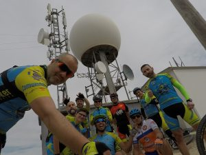 Pico de la Pila con la Bola de fondo en la Sierra de la Pila por Comunidad Biker MTB