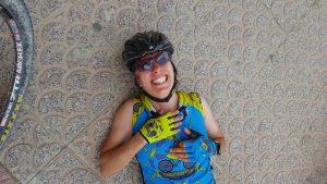 Comunitaria Patricia Carmona con cara roja por picadura del pollo en ruta de ciclismo de motaña por Comunidad Biker MTB